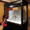 様々な意匠の根付が並ぶ。 ここにあるのはコレクションの一部であって、入れ替えられている。